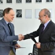 Od lewej: prof. dr hab. Piotr Bojarski oraz prof. dr hab. inż. Krzysztof Goczyła. Fot. Krzysztof Krzempek/Dział Promocji PG
