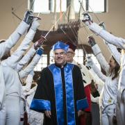 dr Thomas Bach przechodzi pod szpalerem zawodników z Gdańskiej Szkoły Szermierki