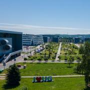 Biblioteka Główna UG w ujęciu z lotu ptaka, po prawej stronie rozpościera się widok na EkoPark UG.