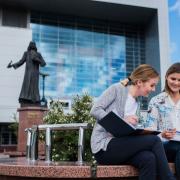 Pomnik Mrongowiusza przy Bibliotece Głównej UG